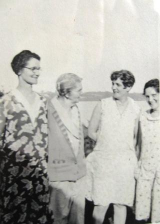 The Harris Sisters with their mother: Blanch, mother Lizzie, Maude and Grace